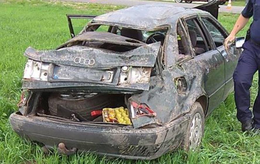 Auto dachowało, kierowca wypadł przez szybę