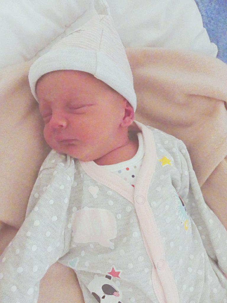 Maja przyszła na świat 7 maja, ważąc 2400 g i mierząc 50 cm. W tym samym dniu przyszedł na świat także jej brat bliźniak Kacper.