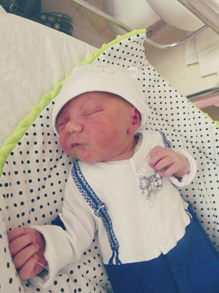 Marcel to drugi syn Sylwii i Krystiana Szewczuków z Konstantynowa. Chłopiec urodził się 16 maja, ważył 3320 g i mierzył 56 cm. Ma 7-letniego brata Kamila.