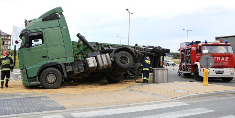 Biała Podlaska: Ciężarówka przewróciła się na rondzie. Kierowca jechał za szybko [ZDJĘCIA]