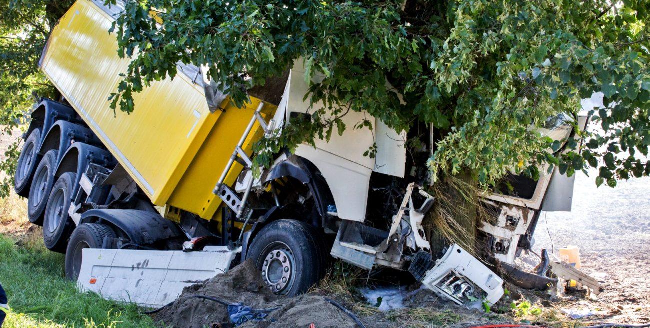 Wypadek na drodze wojewódzkiej. Tir wypadł z drogi i uderzył w drzewo [ZDJĘCIA]