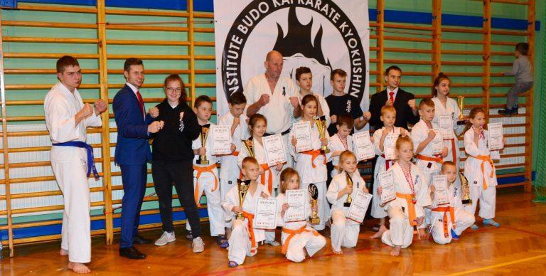 17 medali karateków
