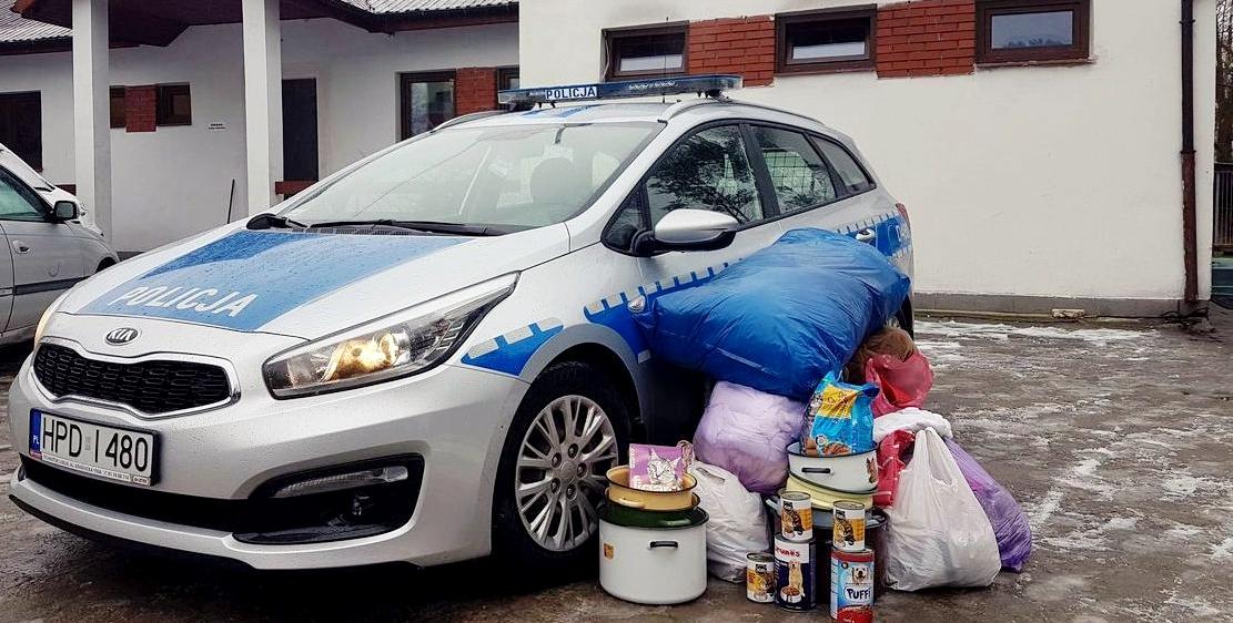 Policjanci przekazali dary dla bezdomnych zwierząt
