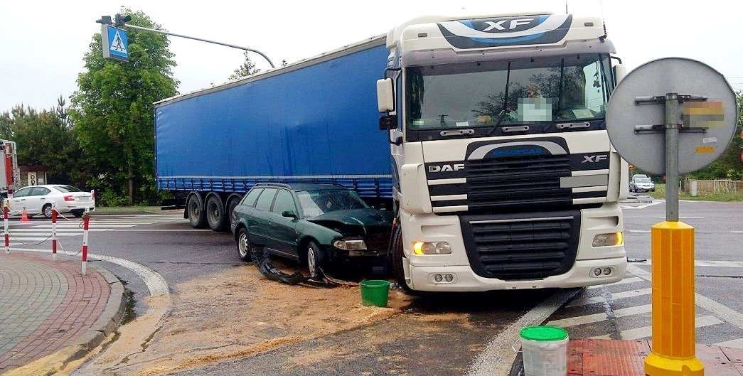 Audi wjechało w ciężarówkę