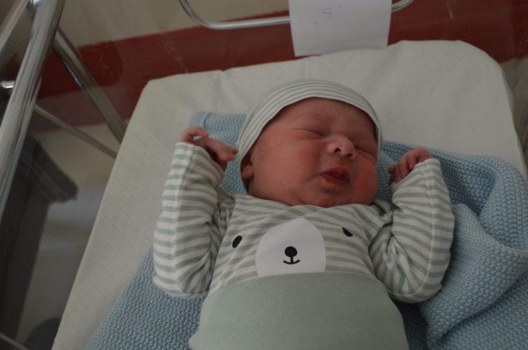 Oliwier Leszek urodził się 13 czerwca z wagą 4050 g i miarą 58 cm. To drugie dziecko Krzysztofa i Magdaleny. W domu czeka 2-letnia Maja.