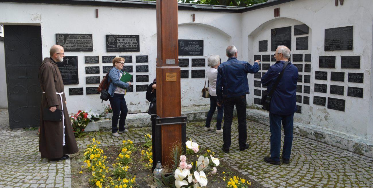 Co z epitafiami na kościelnym murze?
