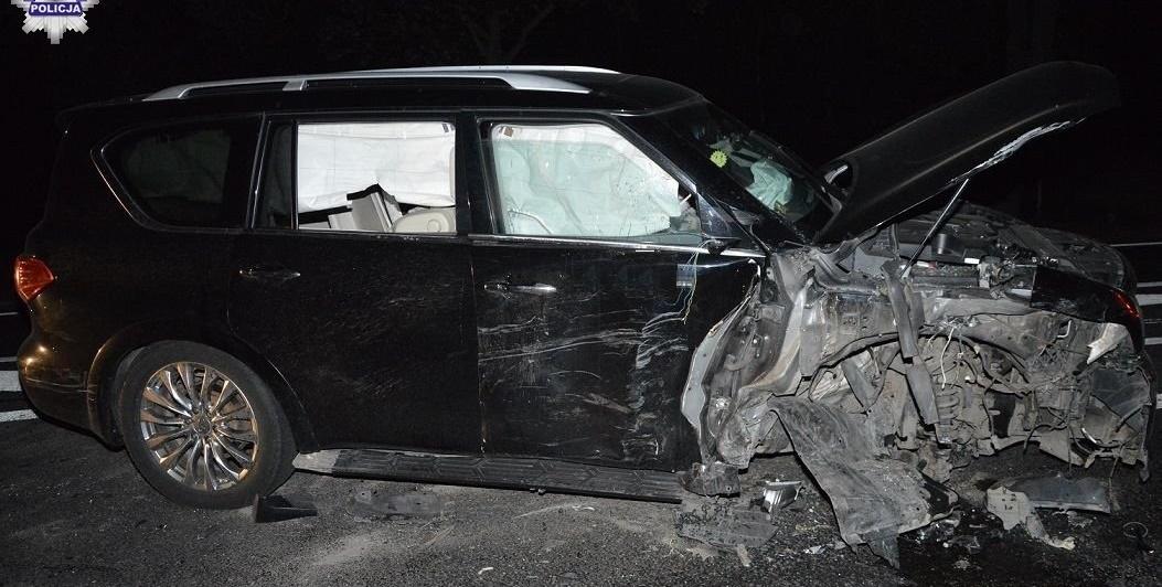 Kierowca wyciągnął butelkę i pił alkohol