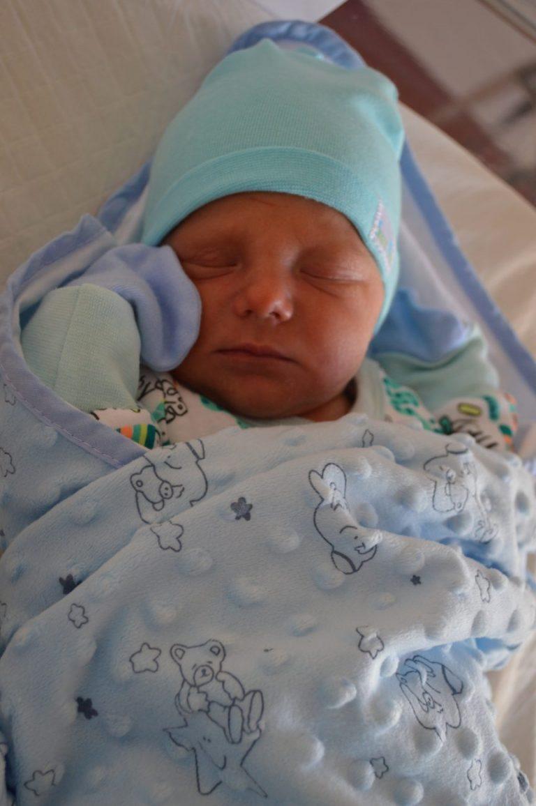 Aleksander urodził się 31 lipca z wagą 3330 g. Dla Moniki i Piotra Szałuchów z Huszlewa jest to pierwsze dziecko.