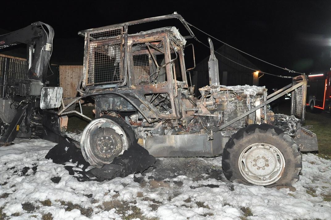 Ciągnik spłonął doszczętnie