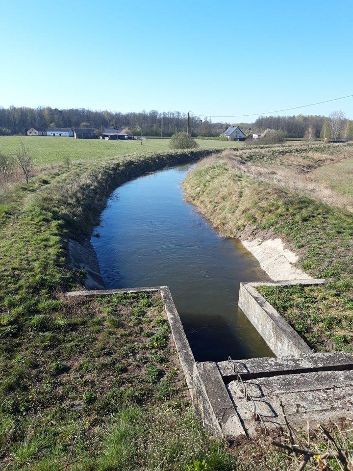 Woda z kanału nawodni pola