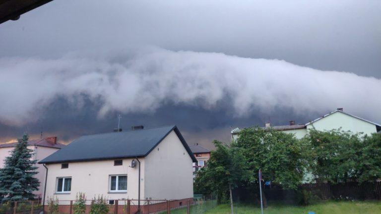 Ostrzeżenie przed burzami z silnym wiatrem i gradem