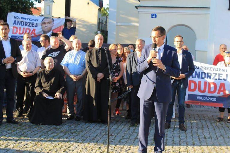 Morawiecki agitował pod kościelną bramą