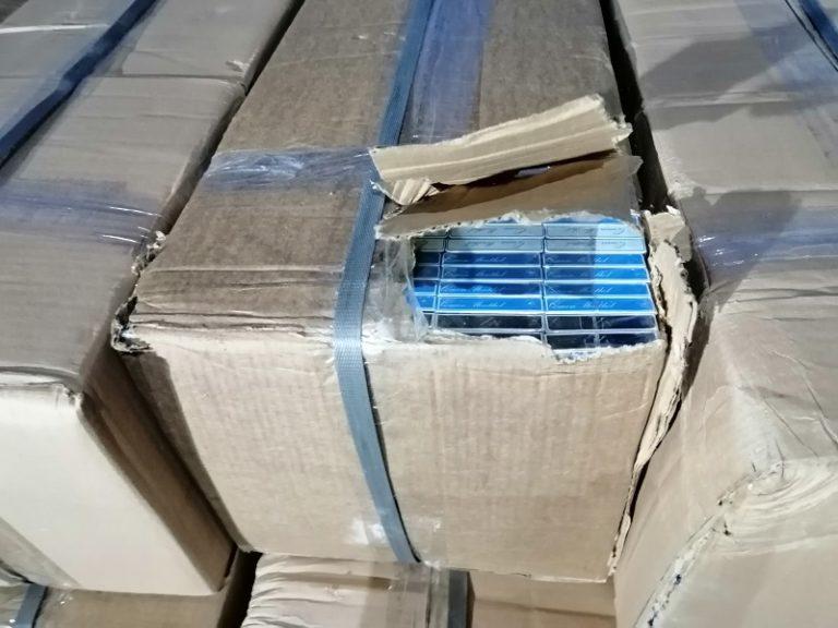 Papierosy ukryte między maseczkami