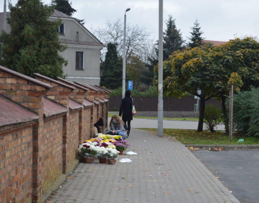 Sprzedawcy kwiatów i zniczy liczą straty