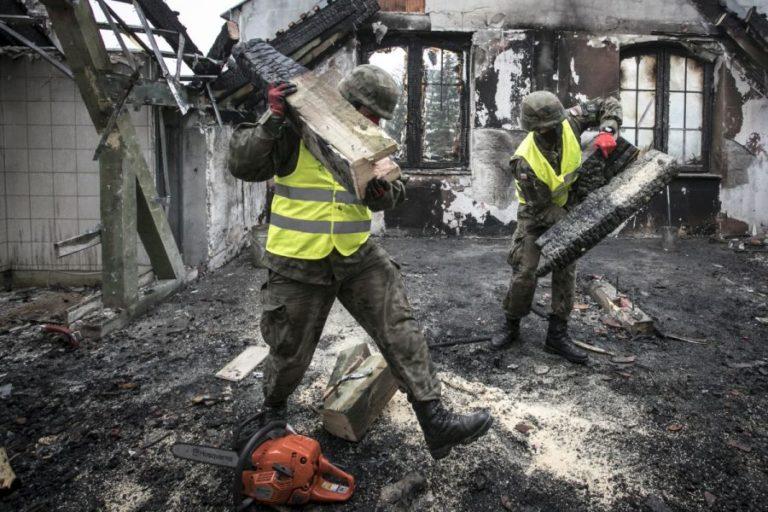 Terytorialsi pomagają sprzątać po pożarze w Kodniu