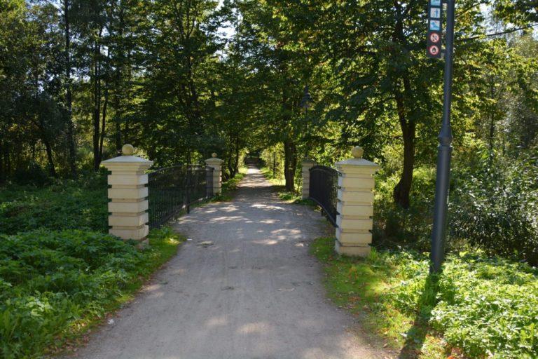 Zamknięty odcinek alei w parku Potockich