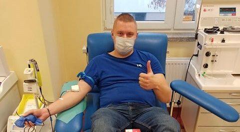 Oddają krew dla policjantki