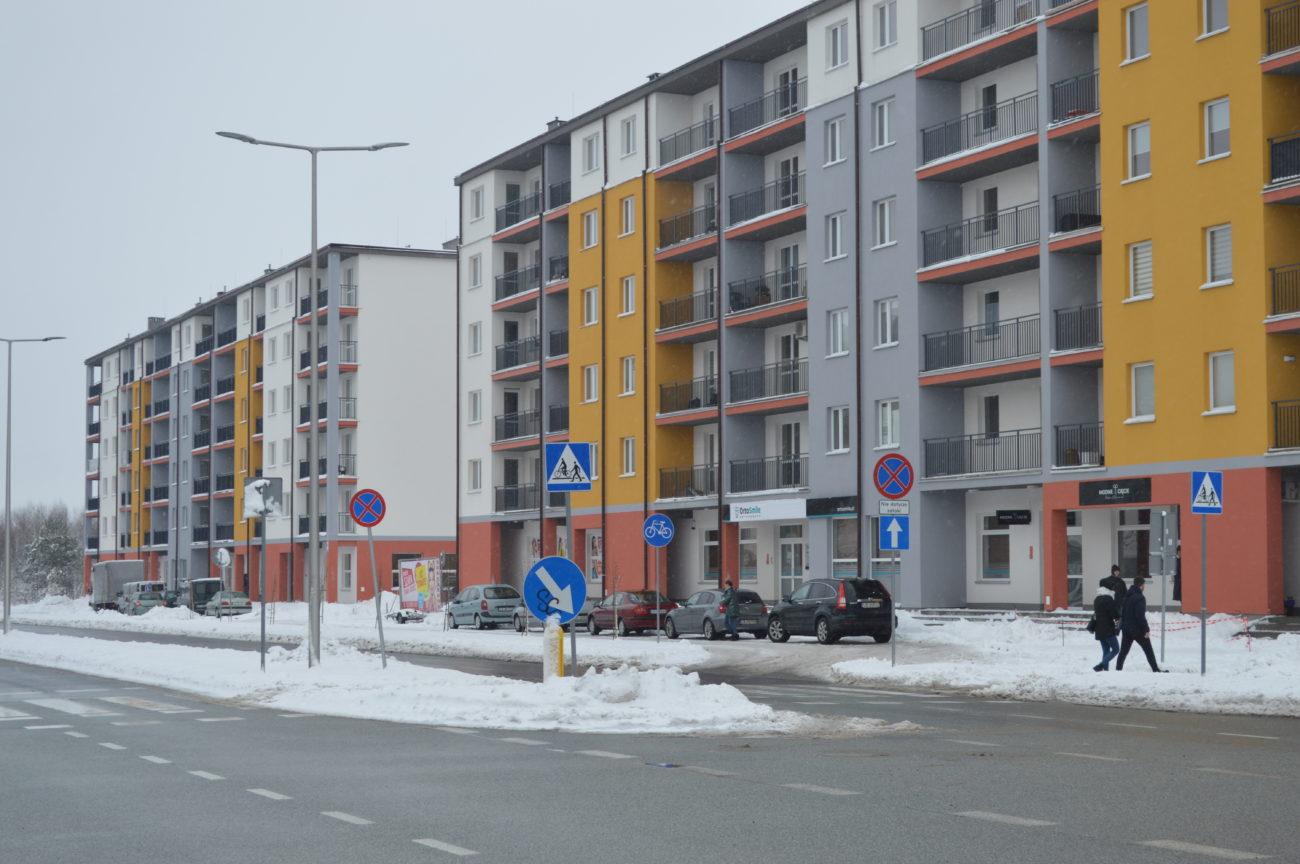 Obok bloków przedsiębiorca wybudował parking