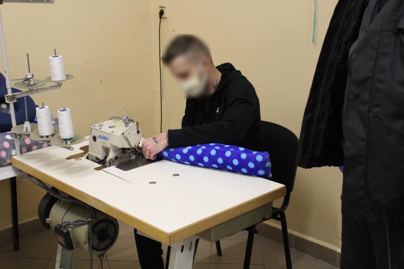 Więźniowie uszyli poduszki dla hospicjum