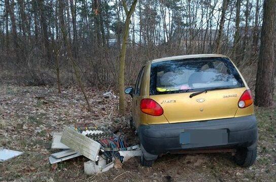 Pijany kierowca wjechał matizem w skrzynkę elektryczną