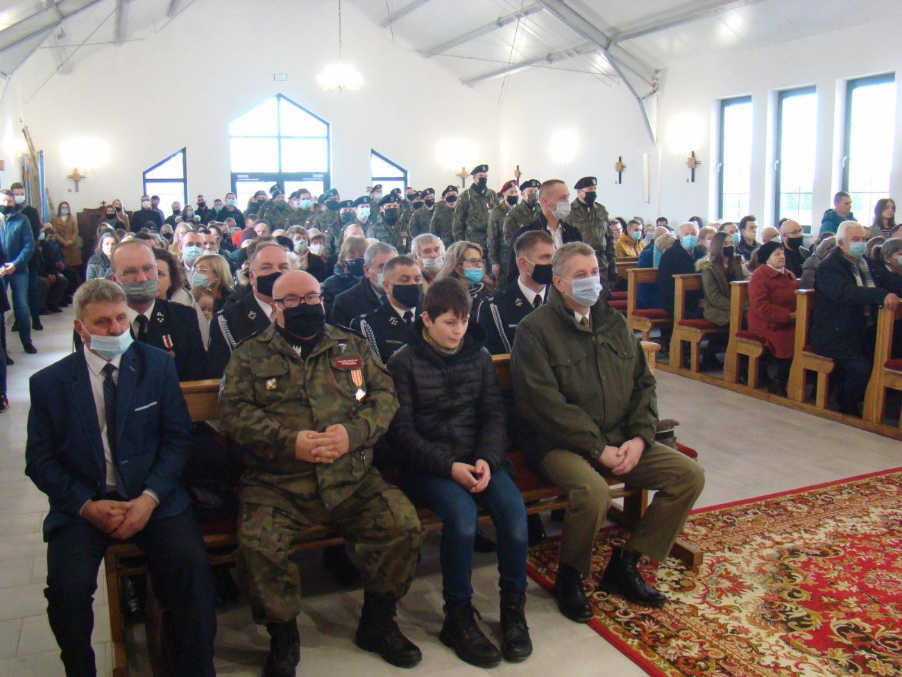 Żołnierze i sztandary w parafii w Rakowiskach