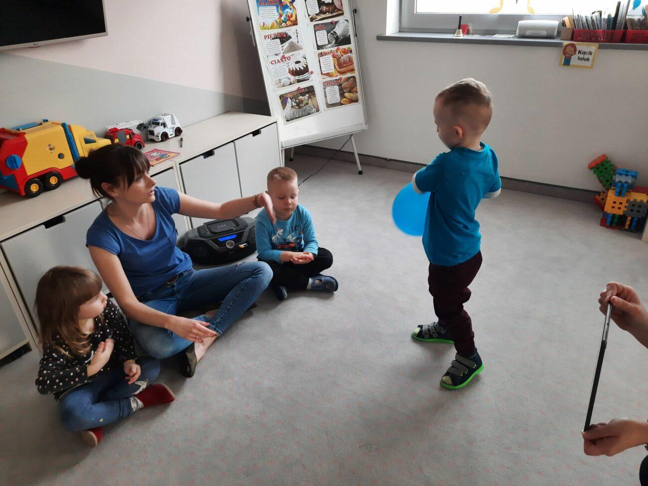 Dzieci łączą się zdalnie z przedszkolem