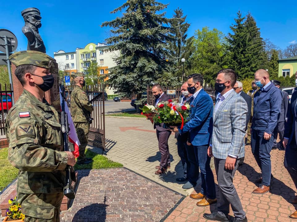 Złożyli hołd marszałkowi Piłsudskiemu