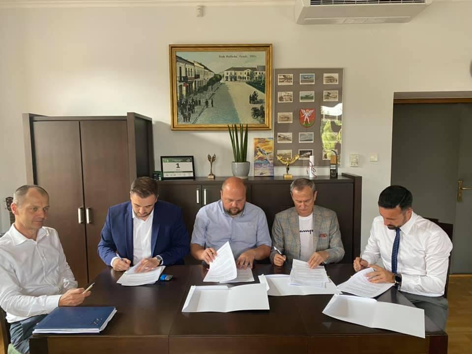 Jest umowa na budowę trybun i hali