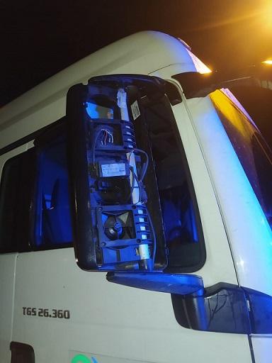 Ciężarówka wjechała na chodnik i uszkodziła latarnie