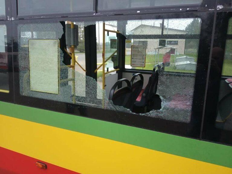 O włos od tragedii. Wandal rzucił butelką w autobus